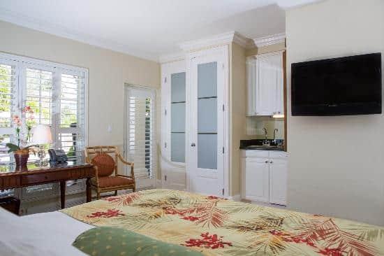 King Deluxe Poolside Room - The Pillars Hotel Fort Lauderdale