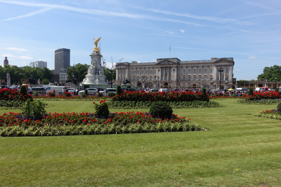 Buckingham Palace in the background, London