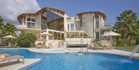 Villa El Cid, Costa del Sol swimming pool (Image Source: Myprivatevillas.com)
