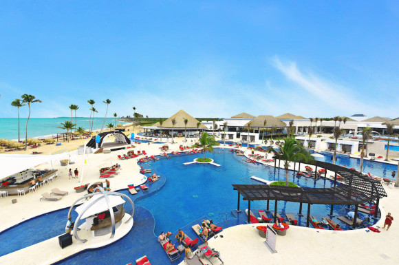 CHIC Punta Cana Pool Area (Image: CHIC by Royalton)