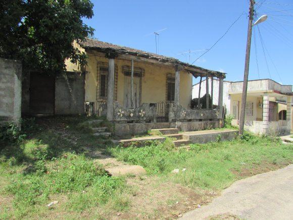 Old houses in Placetas in ruins