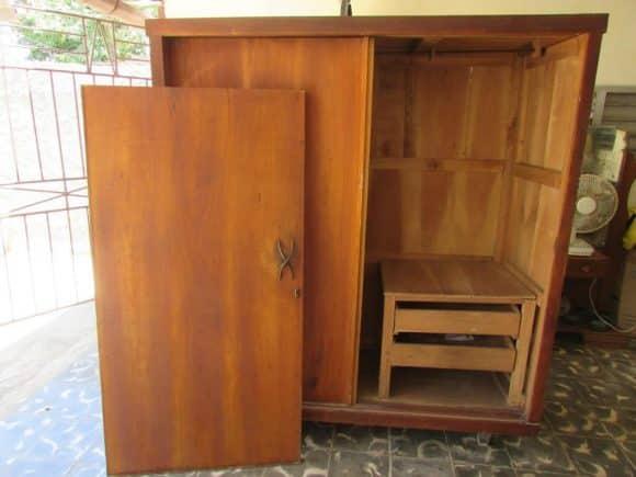 A carpenter should set the wardrobe. The door was still disarmed