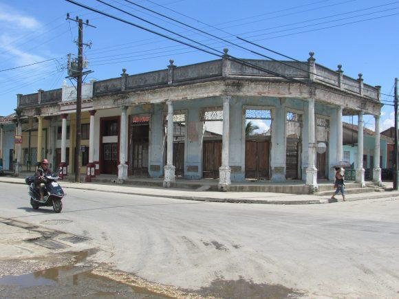 Old buildings in Placetas in ruins