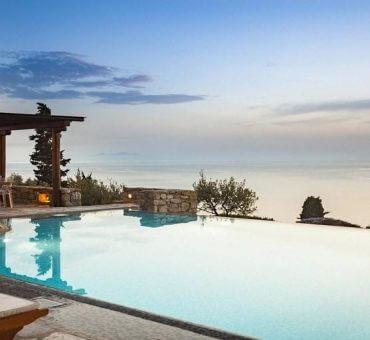 Top 3 Advantages of Renting a Villa in Mykonos or Santorini